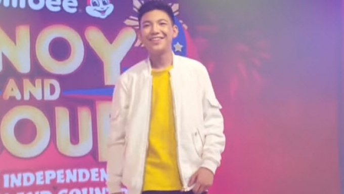 Fans sing along with Darren Espanto