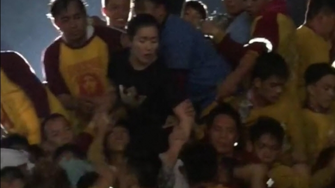 Angeline Quinto scrambles with fellow 'Nazareno' devotees