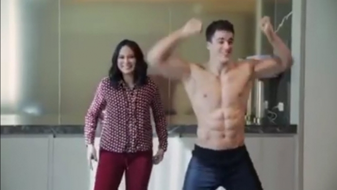 Isabelle Daza plays Bato-Bato Strip with Pietro Boselli