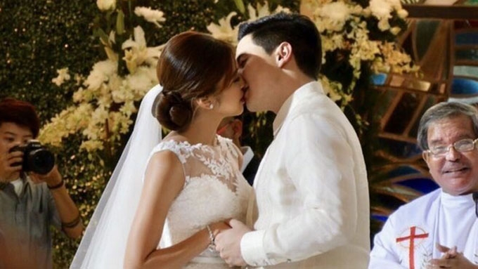 What almost stopped Alden and Maine from kissing at wedding?