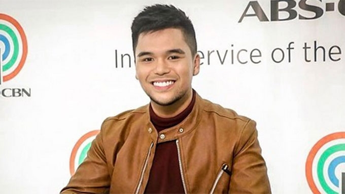 GMA-7 boyband member signs contract with ABS-CBN record