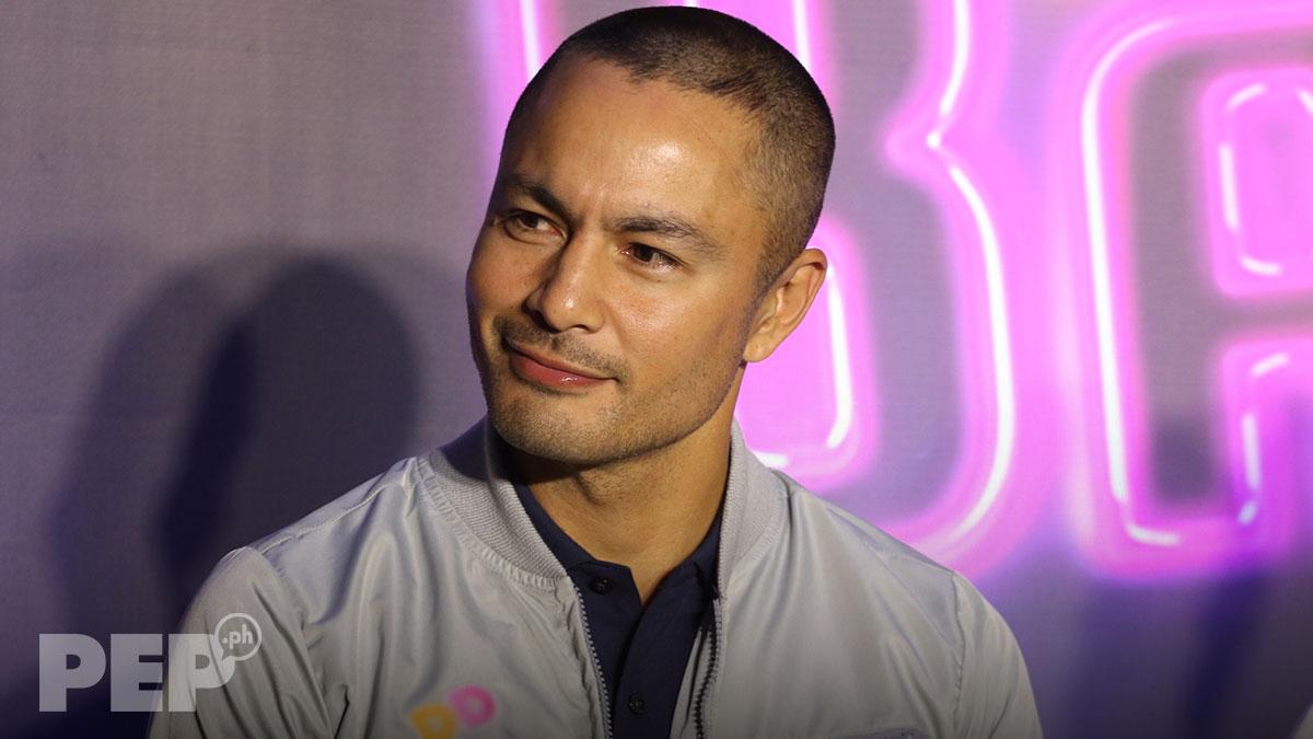 Derek Ramsay, pipirma na ng kontrata sa GMA Network