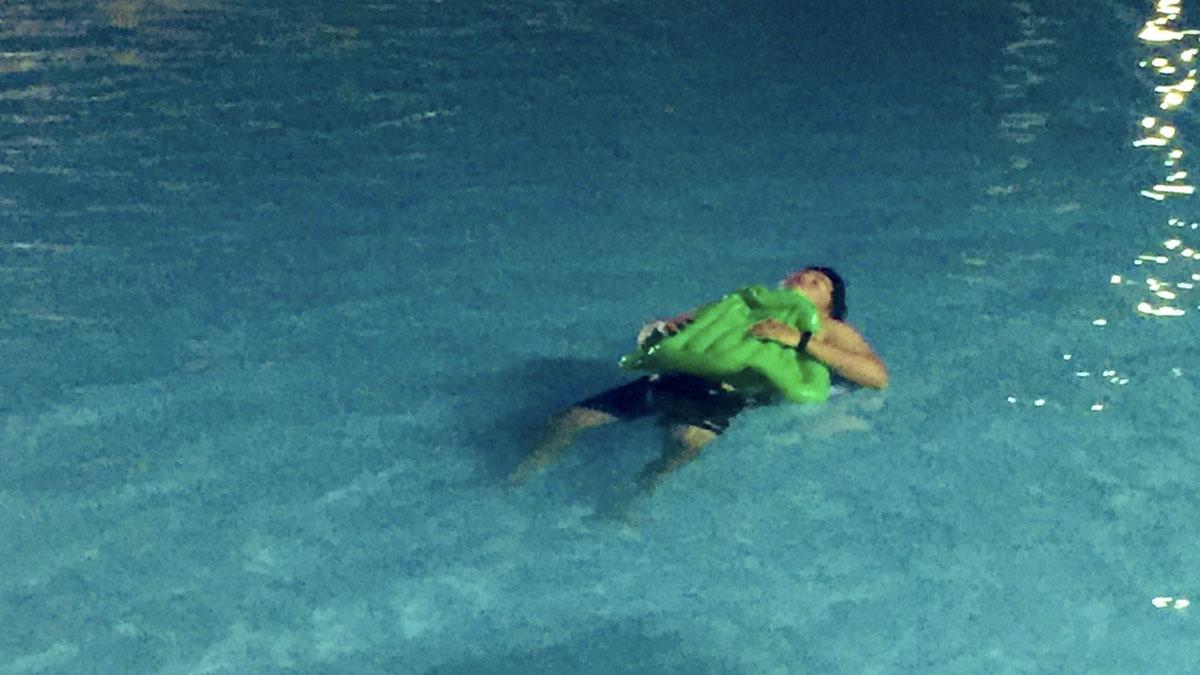 Lalaki, ginawag 'bedroom' ang pool dahil nawalan ng space sa family outing