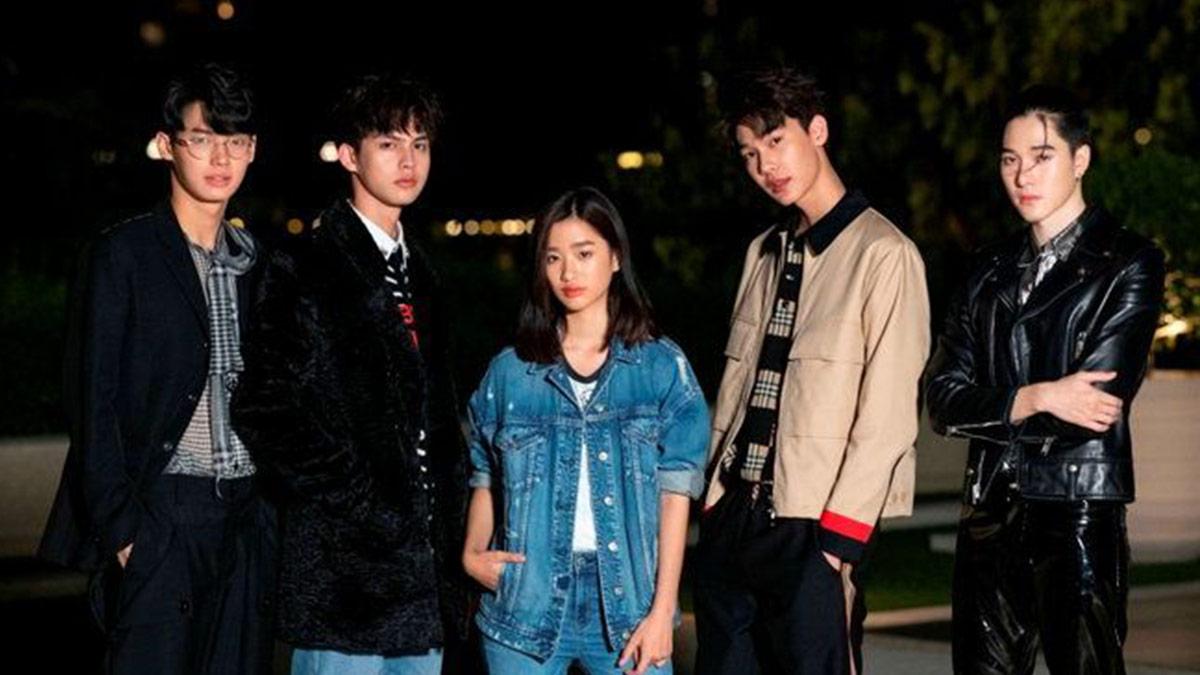(Kiri ke kanan) Win Metawin, Bright Vachirawit, Tu Tontawan, Dew Jirawat Sutivanisak, dan Nani Hirunkit Changkham akan menjadi pemain utama dalam adaptasi Meteor Garden di Thailand. Serial ini akan tayang di GMMTV pada tahun 2021.