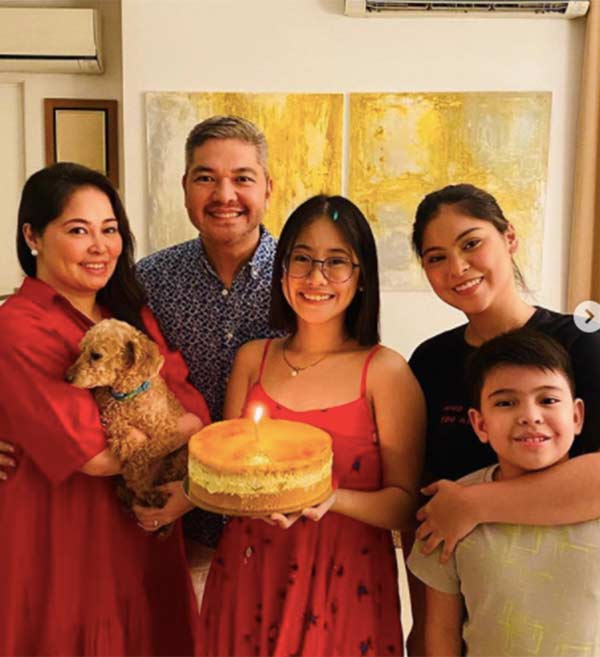 Angelu de Leon with husband Wowie Rivera, daughters Loise, Nicole, and Rafa.