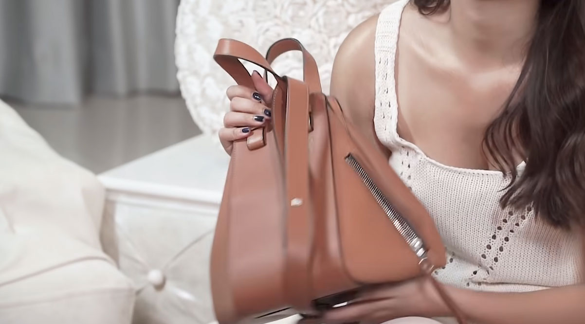 Kathryn Bernardo holding her Loewe Hammock bag