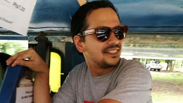 John Lloyd Cruz riding a jeepney