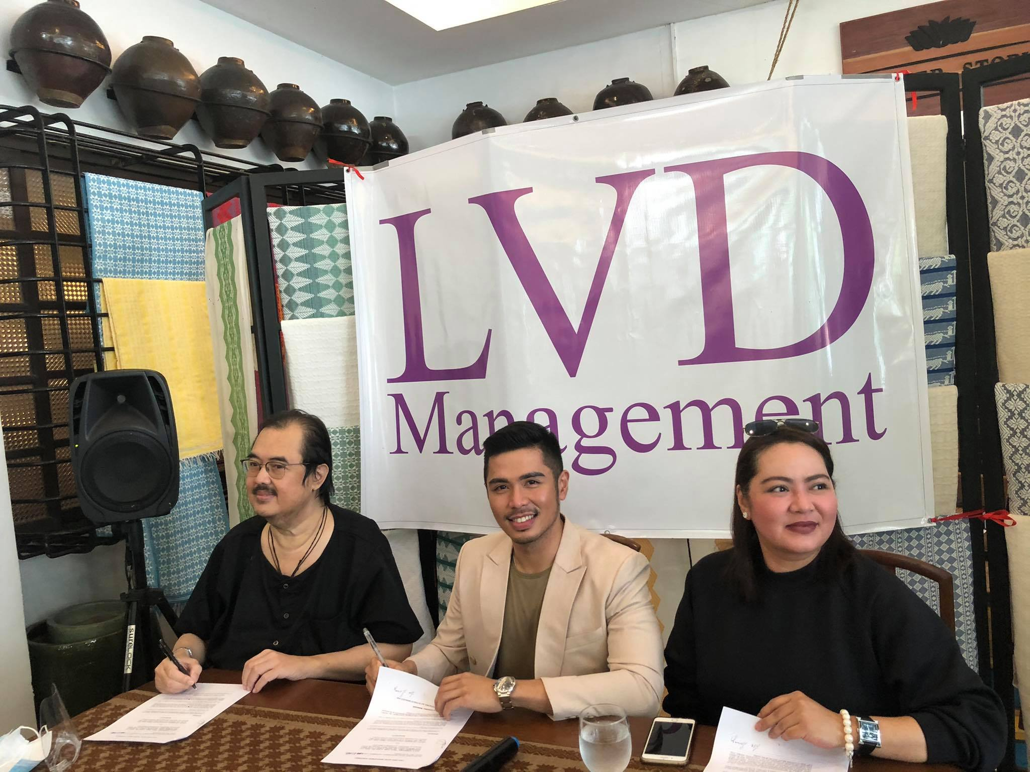 Jolo Estrada signs contract with LVD Management. In photo are Leo Dominguez (left) and Jolo's mom Precy Ejercito (right).