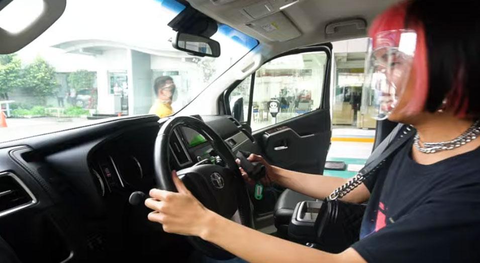 youtube screengrab: Mimiyuuuh driving new car