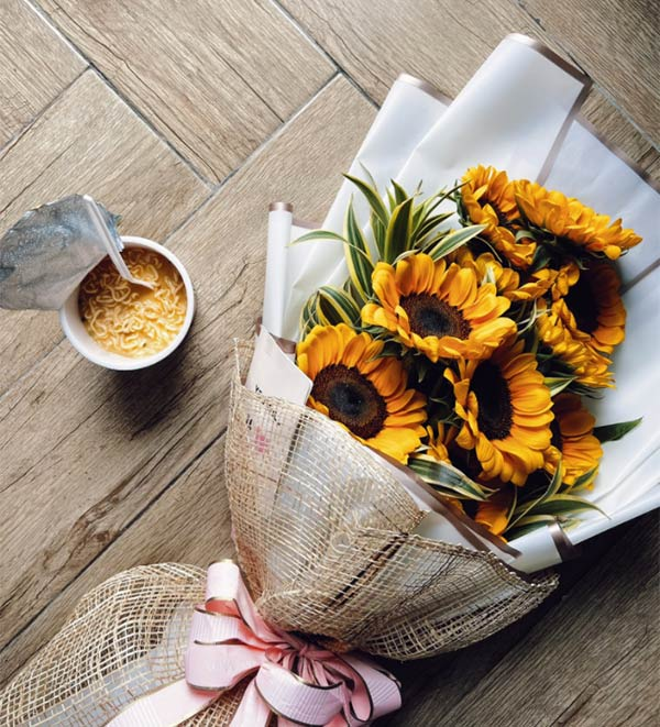 Cassy Legaspi posts photo of the sunflower bouquet with cup noodles