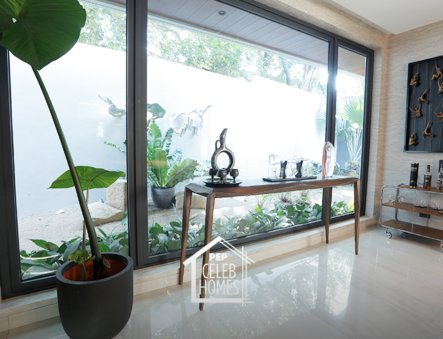 Derek Ramsay House furniture: sculpture of a naked woman, decanter for scotch, Splash piece by Jinggoy