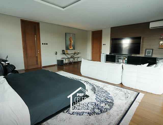 Derek Ramsay House: spacious primary bedroom