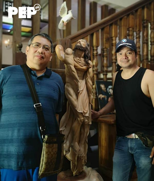 Leandro Baldemor with his jesus christ sculpture