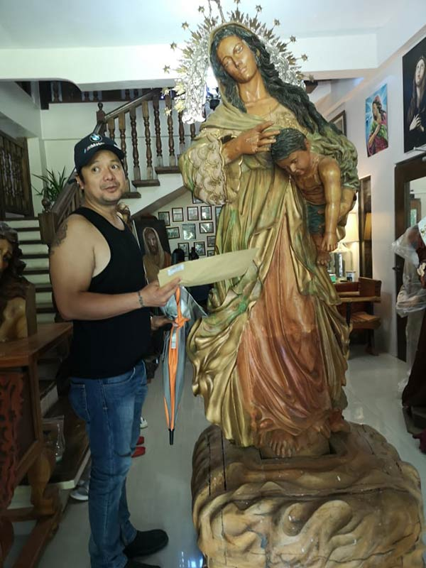 Leandro Baldemor with his Mama Mary sculpture