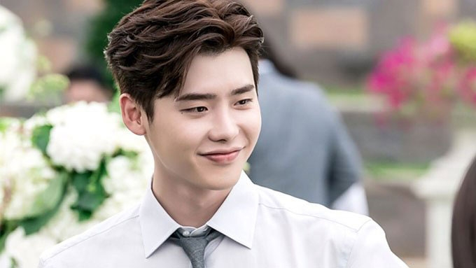 Lee Jong Suk returns home after being detained in Indonesia