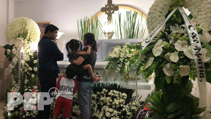 Coco Martin visits Kristofer King's wake