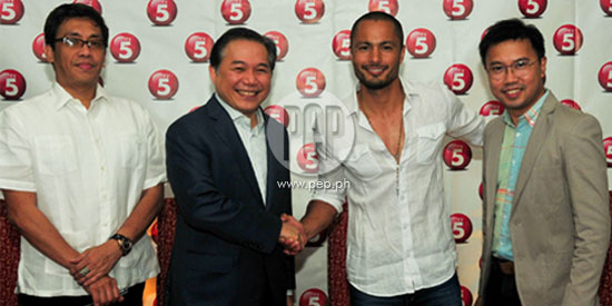 <strong>(UPDATED)</strong> Derek Ramsay is now a certified Kapatid; signs three-year exclusive contract with TV5