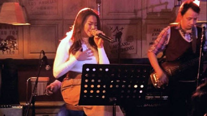 "Morissette sings ""Hello"""