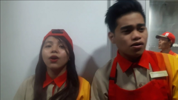 Awesome singing Jollibee crew duet act charms FB users