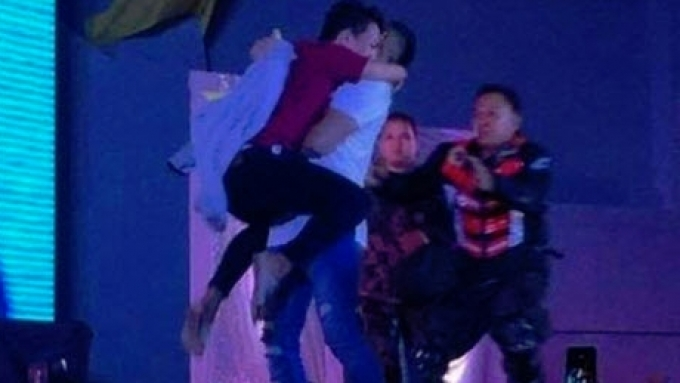 Tony Labrusca rushed by fan during performance