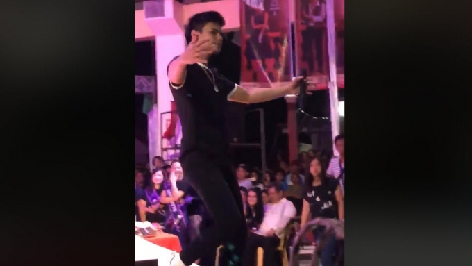 WATCH! Fans rush to hug and kiss Ronnie Alonte