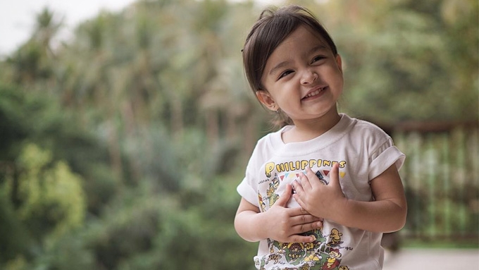 Baby Zia enjoys a happy weekend with dad Dingdong and mom Marian