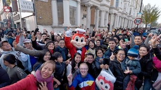 Pinoys in U.K. flock to opening of first Jollibee branch in London